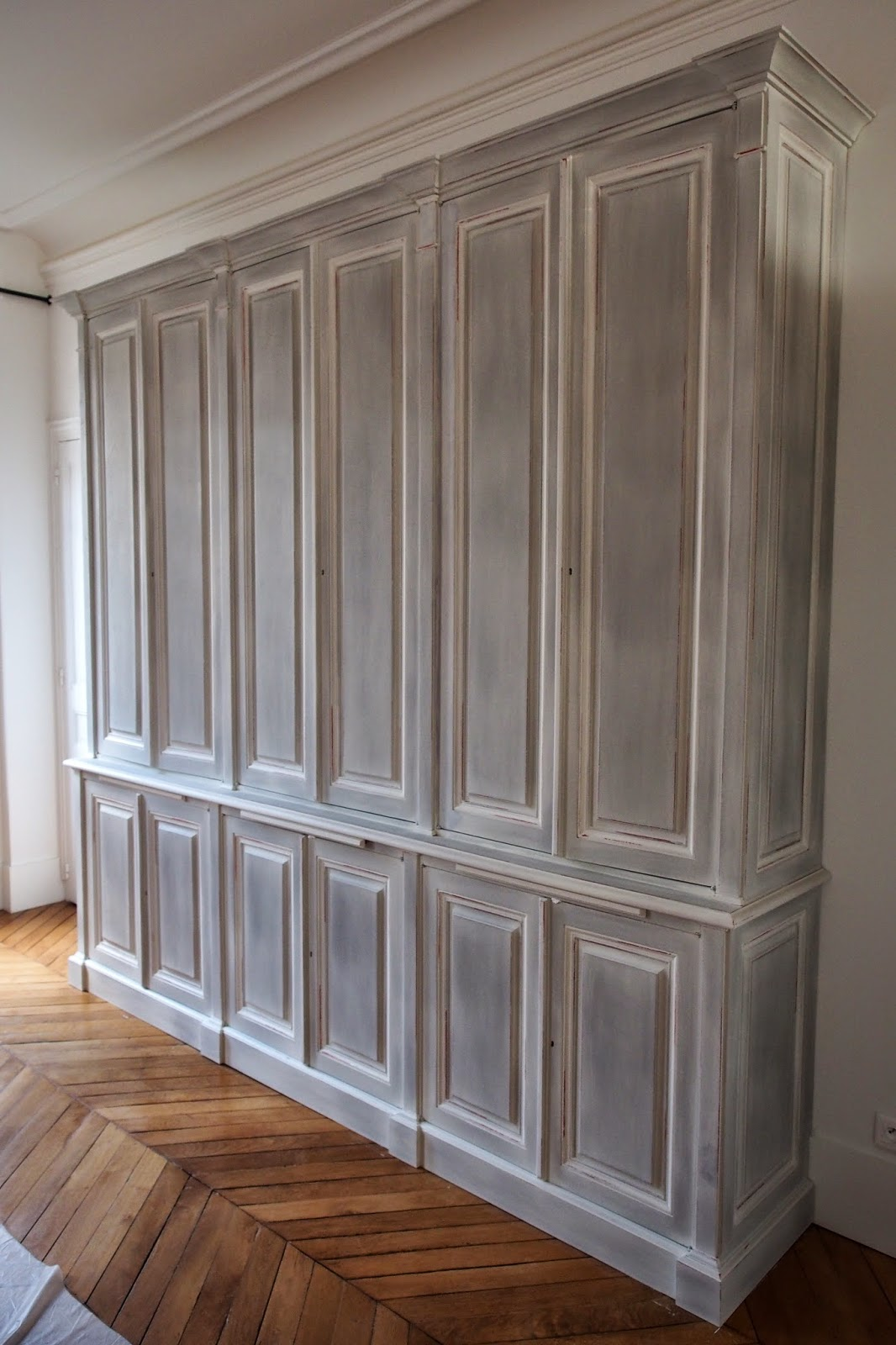 meuble traditionnel sur mesure patin gris avec int rieur rouge. Black Bedroom Furniture Sets. Home Design Ideas