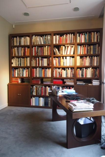 Bibliothèque en wengé dans bureau
