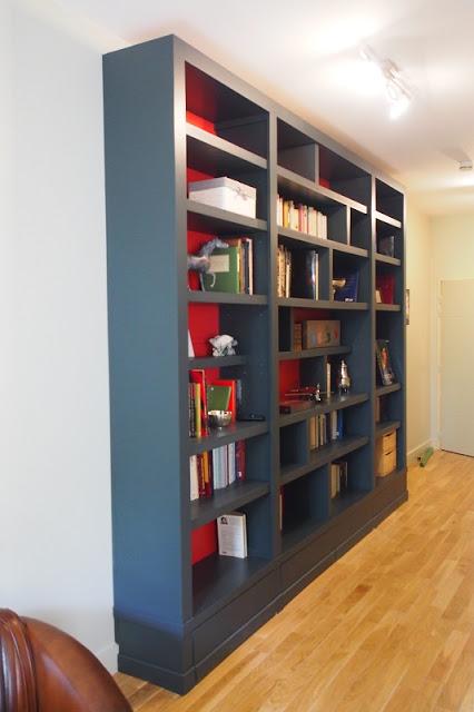 Bibliothèque contemporaine fond rouge