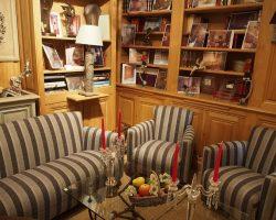 Bibliothèque et fauteuils club