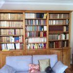 Bibliothèque en bois ciré