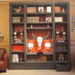 Bibliothèque fond rouge dans magasin