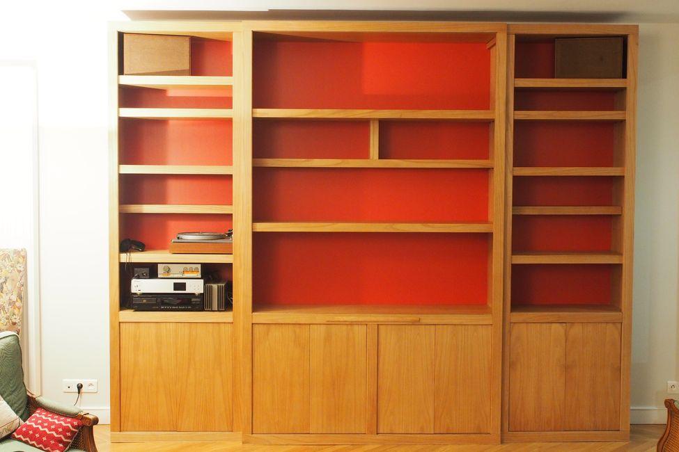 Bibliothèque contemporaine à fond rouge