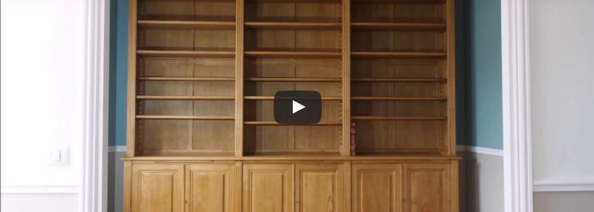 Vidéo du montage d'une bibliothèque d'esprit Louis XVI