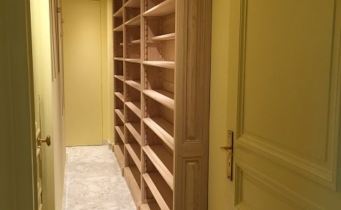 Bibliothèque étroite sur mesure pour un couloir