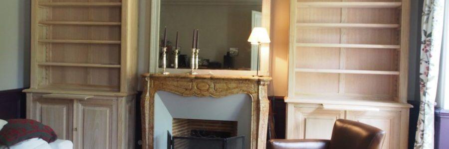 Paire de Bibliothèques en châtaignier brut encadrant en cheminée en marbre