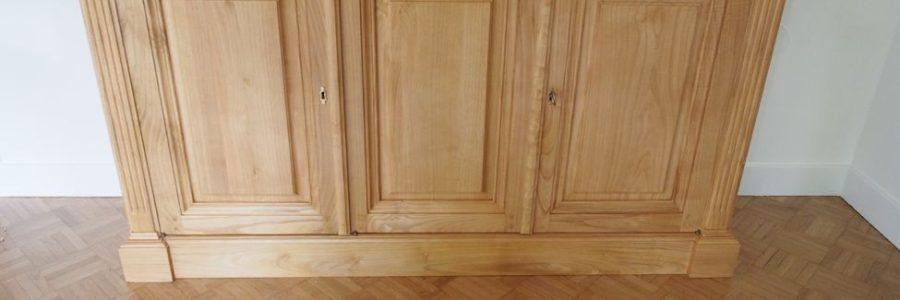 Buffet de salle à manger ouvrant par trois portes en bois de châtaignier ciré