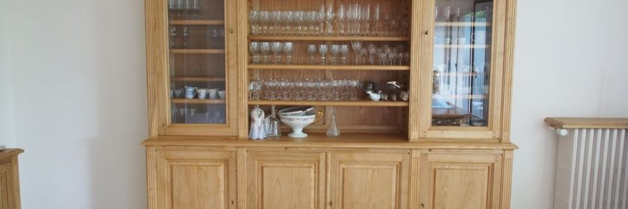 Grand meuble formant vaisselier de style Louis XVI