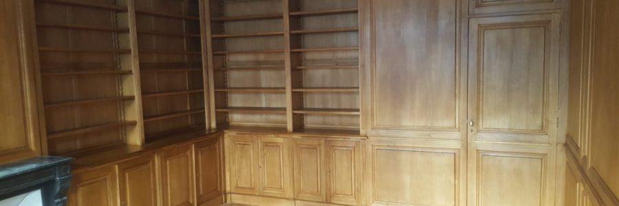 Boiseries et bibliothèques sur mesure en bois naturel