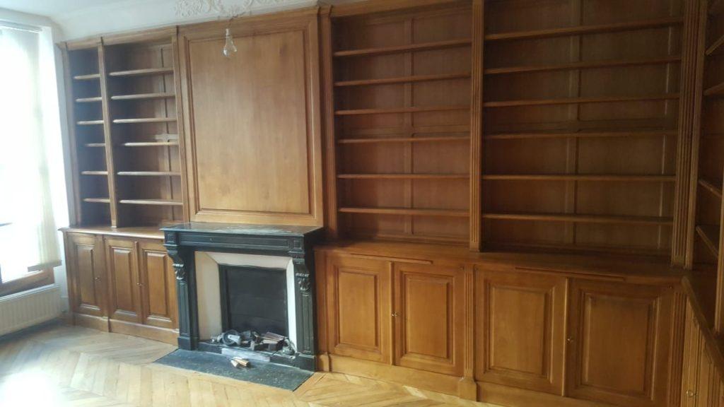 Bibliothèque et cheminée dans bureau à Versailles