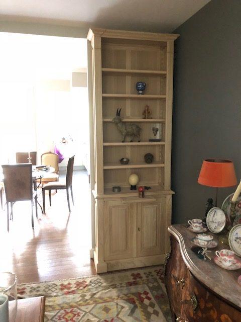 bibliothèque étroite dans salon à Neuilly