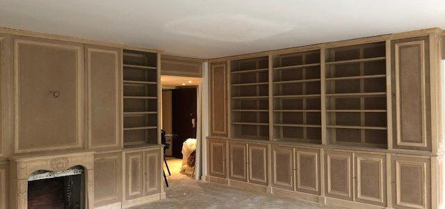 Décoration d'intérieur pour un salon dans les Yvelines – Bibliothèques et cheminée sur mesure
