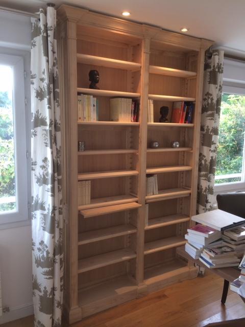 Bibliothèque dans espace entre 2 fenêtres
