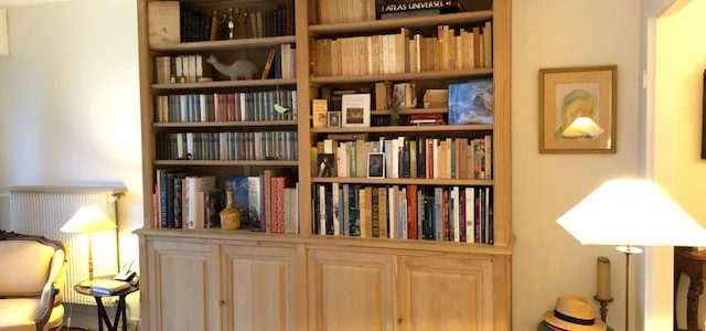 Bibliothèque en bois naturel brut d'esprit Louis XVI