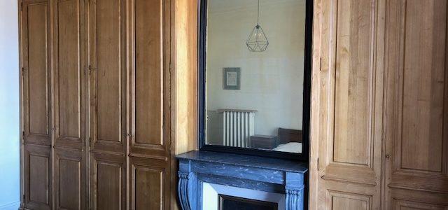Réalisation et conception de deux dressings venant se loger dans deux renfoncements latéraux  de cheminée