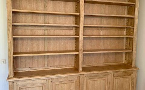 Bibliothèque sur mesure en châtaignier teinté et ciré