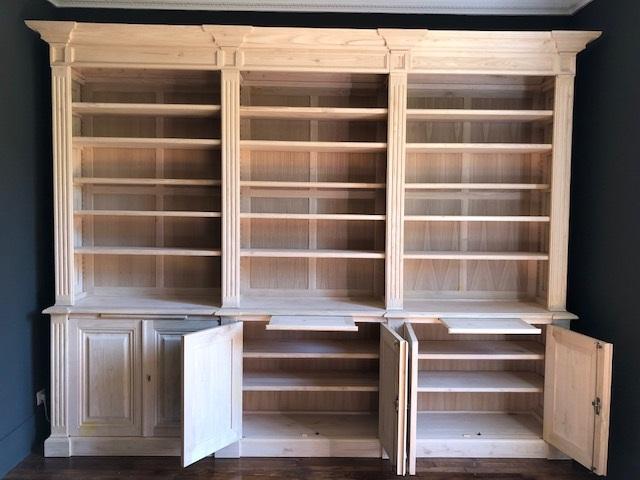 Grande bibliothèque en bois de châtaignier massif