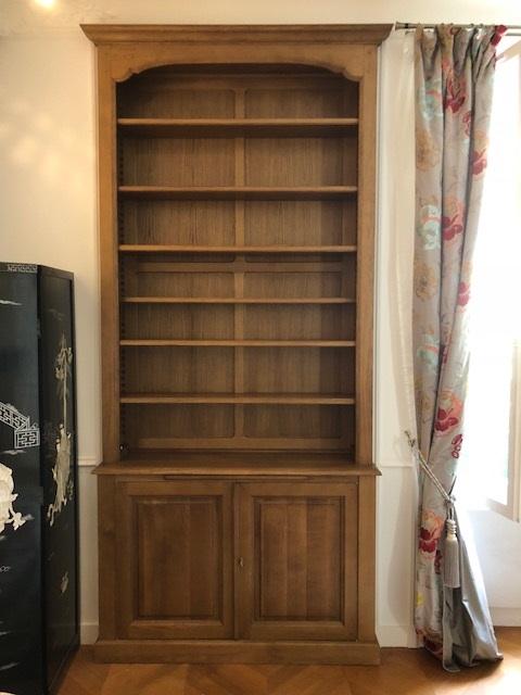 Bibliothèque pour un renfoncement de mur dans un salon