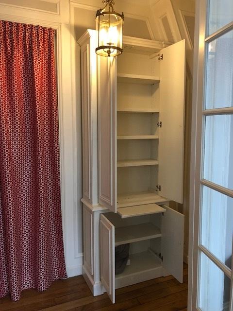 Élégant meuble d'entrée portes ouvertes