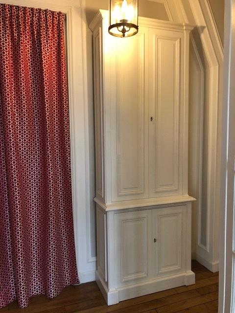 Élégant meuble d'entrée portes fermées