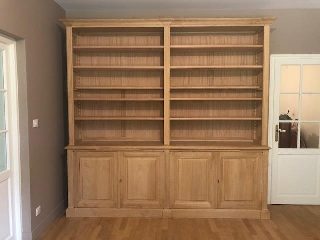 Bibliothèque en bois naturel brut de style Louis XVI