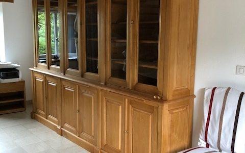 Bibliothèque en bois naturel ciré de style Directoire