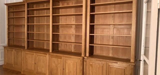 Importante bibliothèque de parquet en bois naturel ciré à la véritable cire d'abeille