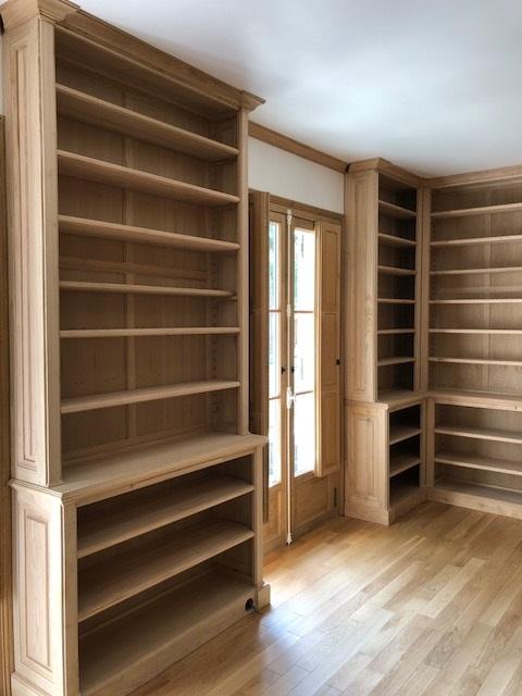 Bibliothèques Néo-Classique en bois naturel recouvrantes la totalité des murs d'une pièce