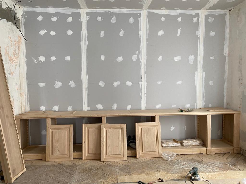 Bibliothèque intemporelle en bois naturel pour murs et plafond chauffants