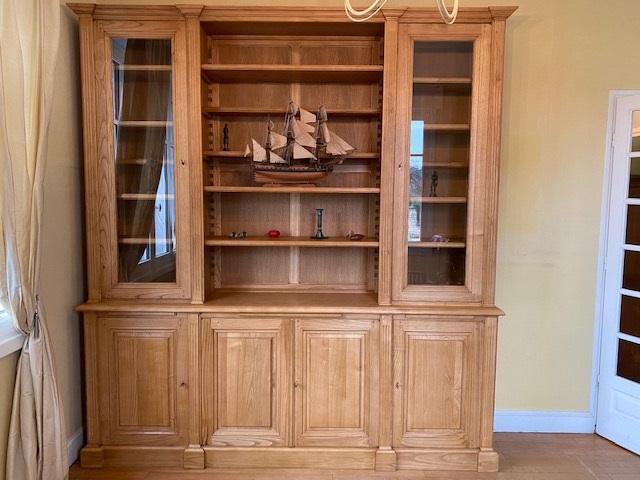 Bibliothèque en bois naturel de style Louis XVI