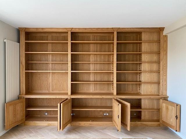 Bibliothèque intemporelle en bois naturel