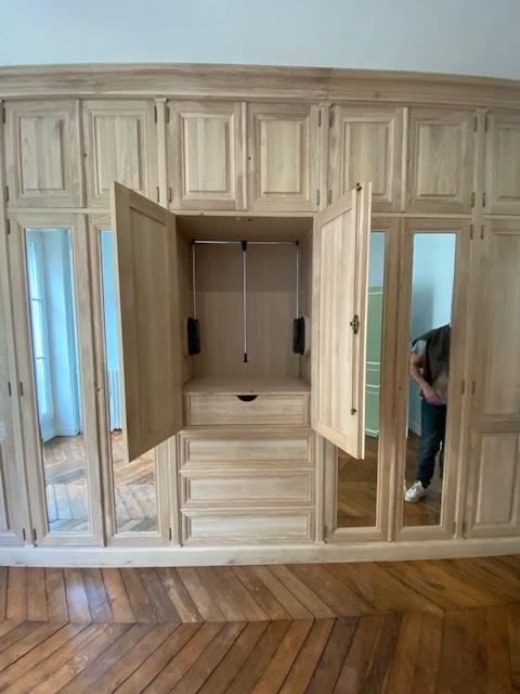 Dressing room sur mesure en bois naturel brut